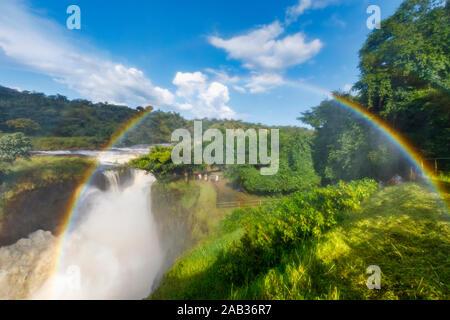 Un arc-en-ciel dans le jet au-dessus des chutes Murchison Falls (Kabalega), une chute d'eau entre les lacs Kyoga et Albert sur le Nil Victoria au nord-ouest de l'Ouganda Banque D'Images