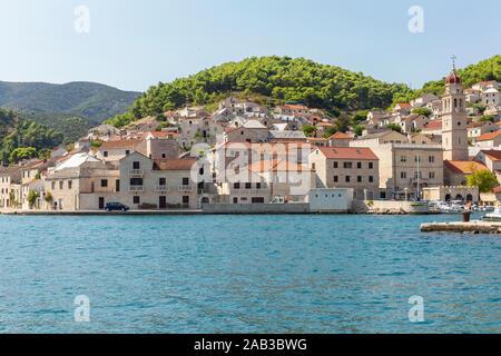 La ville de Supetar Brac en Croatie, vue de la mer sur une journée ensoleillée en été. Le port avec sa célèbre pierre calcaire de l'île. Petit cadre idyllique pl Banque D'Images