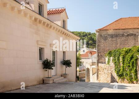 Postira, Brac, Croatie, 4 septembre 2019. Vue d'une rue à l'île sur une journée ensoleillée en été avec un ciel bleu. Les façades des bâtiments réalisés Banque D'Images