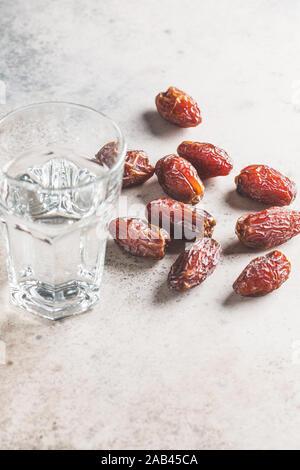 Dates et un verre d'eau, l'espace de copie. L'Iftar food concept. Banque D'Images