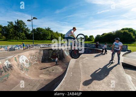 Pro, professionnel de BMX en compétition dans un concours annuel au Stoke on Trent skatepark, école autour du parc, bol et les murs d'effectuer des astuces Banque D'Images