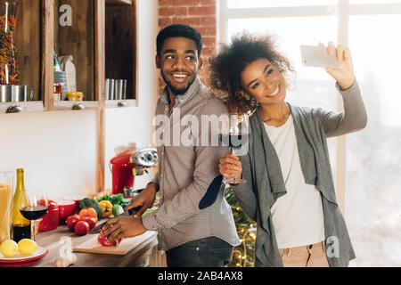 Jeune couple millénaire accueil tournage vidéo sur l'alimentation Banque D'Images