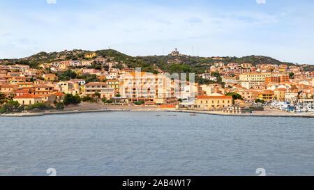 Voir des Palaos cityscape sur la côte de la mer Méditerranée, Olbia-Tempio province, Sardaigne Italie. Banque D'Images