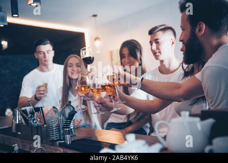 Concept de communication et de loisirs. Groupe d'happy smiling friends enjoying drinks et parler au bar ou au pub Banque D'Images