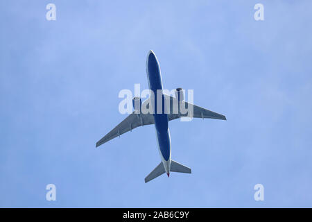 British Airways Boeing 777 avions à réaction G-VIIL volant au-dessus, avec un fond de ciel bleu. Banque D'Images