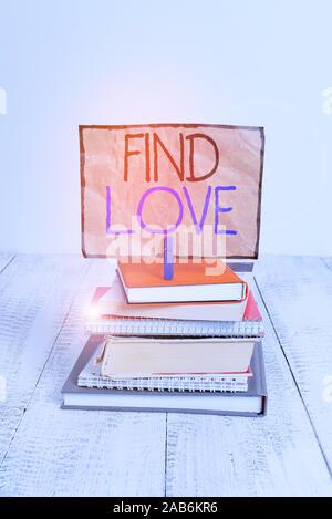 La main conceptuel montrant Trouver l'amour. Sens de l'affection pour un autre concept découlant de la parenté ou des liens demonstratingal empilées pile livres non Banque D'Images