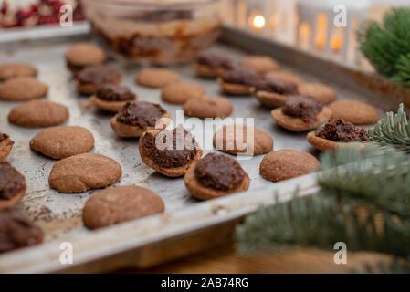 Sablés aux noisettes sandwichs remplis de crème au chocolat Banque D'Images