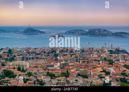 Panorama de la vieille ville de Marseille, si célèbre château et îles du Frioul.paysage soirée colorée Banque D'Images