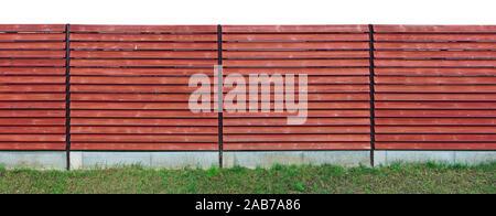 Clôture en bois rustique longue faite de planches horizontales rouge objet isolé piscine extérieure panoramique Banque D'Images