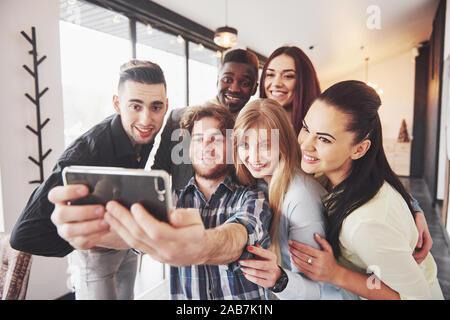 Self Portrait de race mixte l'unité de l'africain, américain, asiatique, caucasien, heureux d'amis barbus et les belles femmes en rouge santa hat showing thumb Banque D'Images