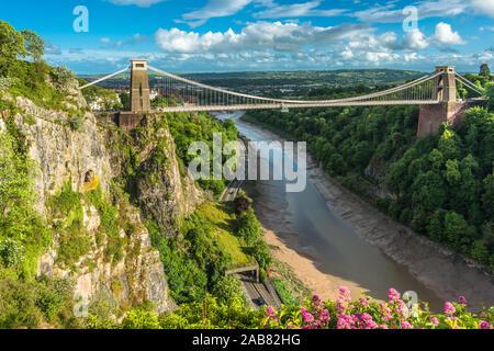 Clifton Suspension Bridge historique par Isambard Kingdom Brunel enjambe la rivière Avon Avon Gorge avec ci-dessous, Bristol, Angleterre, Royaume-Uni, Europe