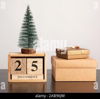 Retro en bois à partir de blocs de calendrier de Noël, arbre décoratif et boîtes en carton avec des cadeaux, fond blanc. Banque D'Images