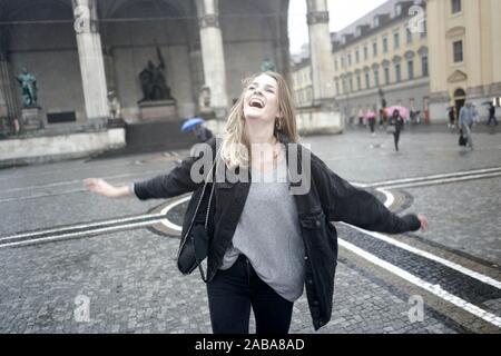 Femme exubérante à Odeonsplatz à Munich, Allemagne.