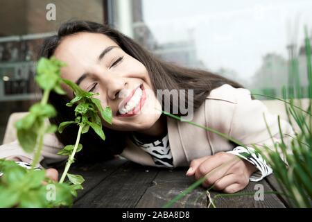 Femme heureuse au basilic frais et plantes ciboulette Banque D'Images