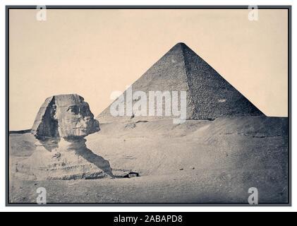 Années 1880 Vintage Gizeh. Pyramide de Khafré et Sphinx 1880 B&W image sépia de Gizeh. ca. 2575 BC-ca. 2465 BC (Pyramide et Sphinx) pyramides de Gizeh, Muḩāfaz̧at Maţrūḩ, Égypte égyptiens antiques égyptienne de l'Afrique, ive dynastie grand Sphinx de Gizeh, communément appelé le Sphinx de Gizeh ou juste le Sphinx, est une statue en pierre calcaire d'un sphinx, une créature mythique avec le corps d'un lion et la tête d'un homme donnant directement de l'Ouest à l'Est, il se dresse sur le plateau de Gizeh, sur la rive ouest du Nil à Gizeh, Egypte. Banque D'Images