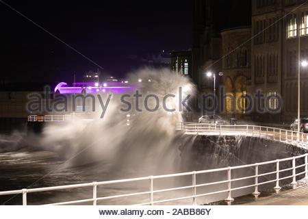 Aberystwyth, Ceredigion, pays de Galles, Royaume-Uni. 26 Nov, 2019. Météo France: énorme vague batter la promenade des murs à marée haute ce soir le long du front de mer d''Aberystwyth. Crédit: Ian Jones/Alamy Live News Banque D'Images