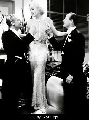 Bref moment, de gauche, Gene Raymond, Carole Lombard (dans une robe par Robert Kalloch), Monroe Owsley, 1933