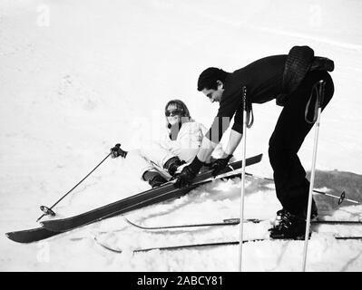 Vivre POUR LA VIE, (aka VIVRE POUR VIVRE), de gauche à droite: Annie Girardot, réalisateur Claude Lelouch sur location à Courchevel, France, 1967