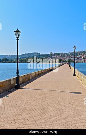 Vue le long du pont de Bosset, une pierre avec Drapona causeway reliant Argostoli, sur l'autre côté de la baie. En regardant vers Argostoli. Banque D'Images