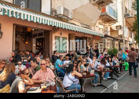 Café dans la rue Shenkin occupé, Tel Aviv, Israël Banque D'Images
