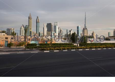 Emirats Arabes Unis - Dubaï - une vue sur la route Sheikh Zayed de Satwa, un vieux quartier de Dubaï. Sheikh Zayed Road est l'artère principale de la ville.La route est parallèle à la côte, du centre commercial rond-point à la frontière avec l'émirat d'Abu Dhabi, à 55 kilomètres (34 mi) à l'écart dans la région de Jebel Ali.(LF)la Sheikh Zayed Road est le foyer de la plupart des gratte-ciel de Dubaï, y compris l'Emirates Towers. L'autoroute relie également d'autres nouveaux développements tels que le Palm Jumeirah et Dubai Marina. Banque D'Images