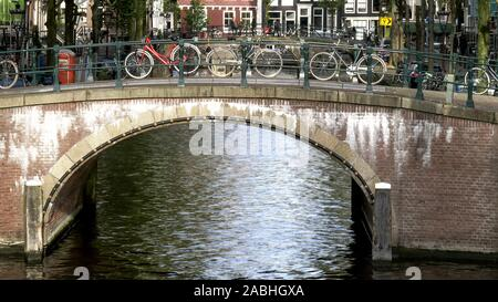 Les vélos enchaînés à un pont sur un canal à Amsterdam