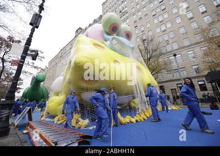 New York, USA. 27 Nov, 2019. Gonfler les travailleurs SpongeBob SquarePants ballon comme ils se préparent pour la 93e Macy's Thanksgiving Day Parade à New York le mercredi, Novembre 27, 2019. Le défilé a commencé en 1924, l'attachant pour la deuxième plus ancienne parade de Thanksgiving aux Etats-Unis avec l'Amérique's Thanksgiving Parade à Detroit. Photo de John Angelillo/UPI UPI: Crédit/Alamy Live News Banque D'Images