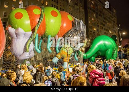 New York, NY, USA. 27 Nov, 2019. Des milliers de spectateurs paniers les rues autour de l'American Museum of Natural History pour voir le domaine de l'inflation pour les ballons pour Macy's Thanksgiving Day Parade. Spectateurs les trolls. Credit: Ed Lefkowicz/Alamy Live News Banque D'Images