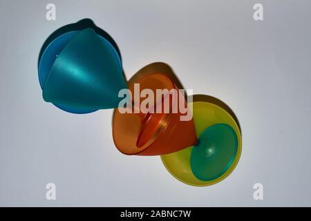 Jaune, orange, bleu, turquoise mug de haut en bas, de haut en bas. Banque D'Images