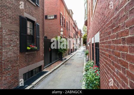 Ruelle étroite bordée de bâtiments d'habitation en brique traditionnelle américaine