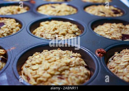 Un petit-déjeuner maison Muffins muffins à l'avoine dans le bac Banque D'Images