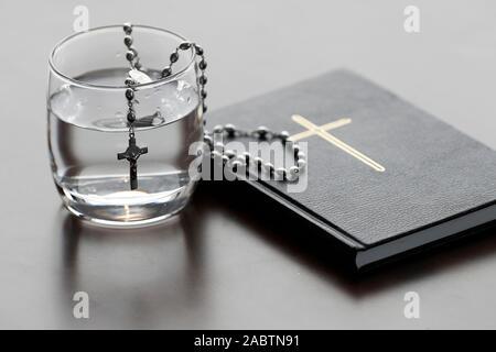 Rosaire, verre d'eau, et la sainte Bible pendant le Carême. Une solennelle célébration religieuse qui commence le mercredi des Cendres et se termine le samedi saint.