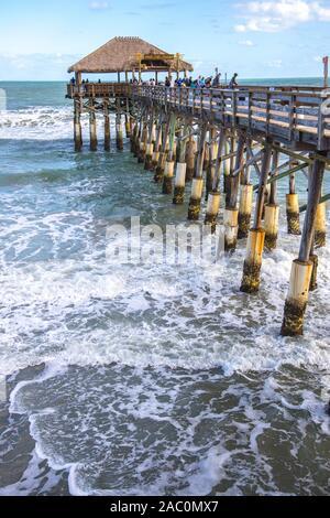 Avec la mer et de la jetée de Rikki Tiki taverne à Cocoa Beach Floride USA Banque D'Images