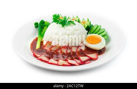 Le riz avec du rouge rôti de porc servi oeuf mollet et surmontées de légumes sculptés décorer sauce douce oignon de printemps, le concombre. Cuisine fusion asiatique style