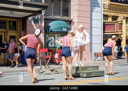 Marilyn Monroe et le Diamond Bellas, danseurs, spectacle de rue, animation live at le complexe Universal Studios Orlando, Floride, USA Banque D'Images