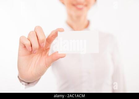 Femme avec carte de visite. Belle jeune femme en soirée en tendant sa carte de visite Banque D'Images