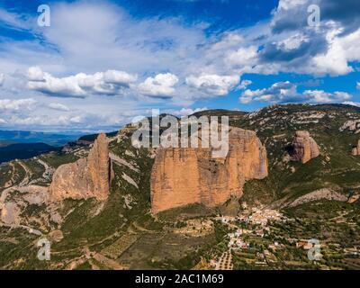 Vue aérienne de l'Mallos de Riglos, un ensemble de formations de roches conglomérées en Aragon, Espagne Banque D'Images