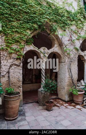 Colonne de pierre rouge en countryard de jardin , Villa Cimbrone à Ravello, Côte Amalfitaine, Italie Banque D'Images