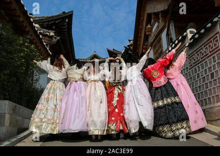 Les filles coréennes habillés en costume traditionnel hanbok de Bukchon Hanok Village, à Séoul, Corée du Sud Banque D'Images