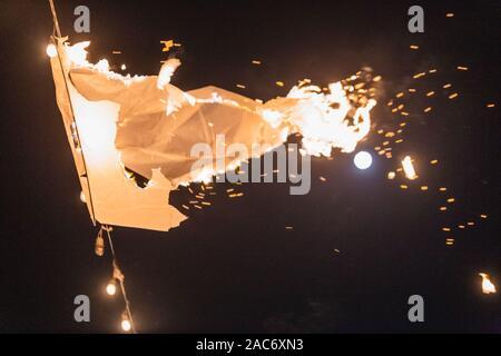 Loy Krathong festival à Chiangmai. Des montgolfières en papier. Festival tenu chaque année en novembre. Banque D'Images