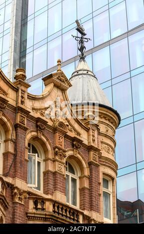 Le contraste de l'architecture - anciennes et nouvelles - y compris Old Royal public house, Church Street, Birmingham, West Midlands, England, UK Banque D'Images