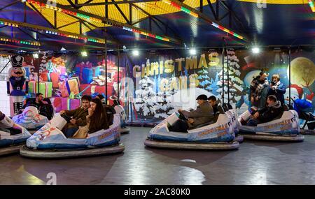 PARIS, FRANCE - 30 NOVEMBRE 2019: les gens s'amuser au volant pare-chocs des voitures dans le marché de Noël au Jardin des Tuileries à Paris. Banque D'Images