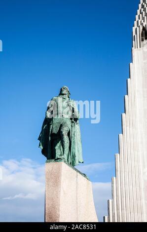Statue de Leif Eiriksson à l'église Hallgrimskirkja, Reykjavík, Islande, Reykjavik, l'Europe, l'été Banque D'Images