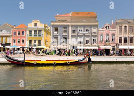 Bateau traditionnel sur le canal à Aveiro. Moliceiro. Banque D'Images