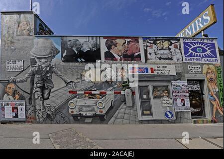 Partie de la East Side Gallery d'un morceau du Mur de Berlin peint après la chute du mur. Banque D'Images