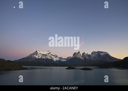 Clair de lune sur un massif de montagnes de Torres del Paine au lac Lago Pehoe, Chili Banque D'Images