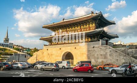 Séoul Corée , 23 septembre 2019: ou Dongdaemun porte est du mur de la forteresse de Séoul et carré avec des voitures dans la rue au centre de Séoul au Sud Kore Banque D'Images