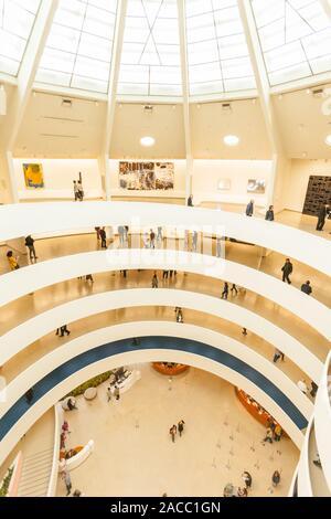 La Rotonde en spirale à l'intérieur de l'atrium du Musée Guggenheim, Cinquième Avenue, Manhattan, New York City, États-Unis d'Amérique.