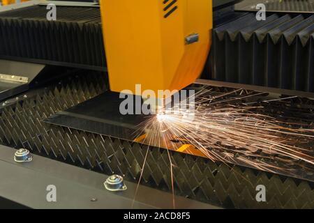 Le découpage au laser CNC, la technologie industrielle moderne Banque D'Images