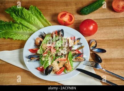 Salade saine avec des crevettes, moules, tomates et feuille de laitue, close-up Banque D'Images